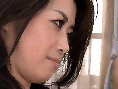 Sayuri Shiraishi lovagol egy vastag, kemény kakas