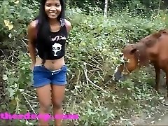 Heather Profonda su ATV bisogno di fare la pipì accanto ai cavalli