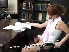 un uomo lecca la figa di una femmina boss e purifica