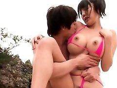 Didelis zylė Japonijos pakliuvom paplūdimyje