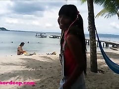Ameteur Tiny Teen Heather Giliai paplūdimyje suteikti deepthroat