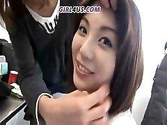 Juokinga Azijos mergina nori didžiulis latekso vibratorių į standus gaidžiai