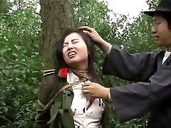 Čínska armáda dievča viazaná na strom 1