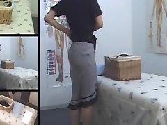 Mignon Jap MILF doigt dans voyeur salle de massage vidéo