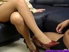 Yuuko Imai berührt Schwanz mit den Füßen in Schuhe