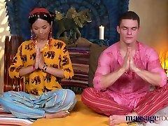 masaže vroče tajski masseuse traja trdega tiča v njeno muco preboden