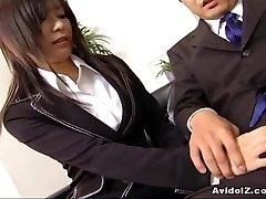 Sexy assistant Satomi Maeno sucks an ugly chisel