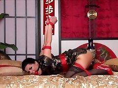 Kimonó & Strappado az Ágyban