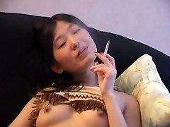 Azjatycki palić nago na kanapie