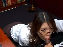 Perwersyjne azjatyckich sekretarka w okularach Ибуки ssie kutasa jej zepsute szef