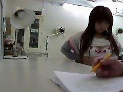 Zdravnik.s vibrator je to Japonski dekle dobi orgazem