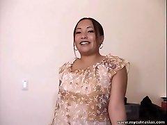Chubby Azijskih amaterski gospodinja daje vroče blowjob