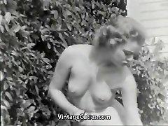 Nudist Jente Føles Godt Naken i Hagen (1950 Vintage)