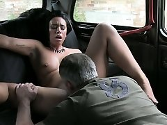 First-timer chick exchange her pussy with her taxi fare