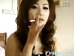 sevimli Çinli kız sigara