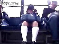 la colegiala seduce pierna follada por geek en autobús