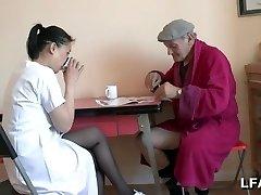 Papy se-fait un petit 69 avec une asiatique