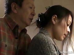 Mina Kanamori karstā Āzijas milf ir ragveida mājsaimniece