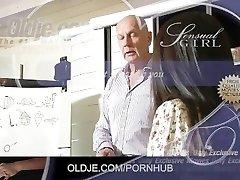 Bonito Asiático aluno recebe Um velho professor caralho e engoli porra