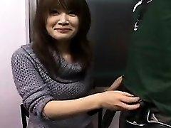 Sexy Japanska ljepotica s prekrasnim osmijehom radi njezine ruke