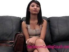 Šokantno priznanje vruće djevojka na kauču