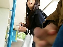 asian meisje neemt een kijkje