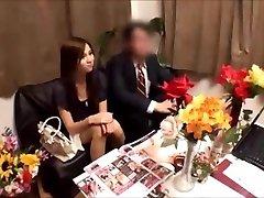 Japanse vrouw krijgt massged terwijl de man wacht