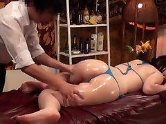 Anticelulitna masaža za bujnih grudi japanske žene - 2