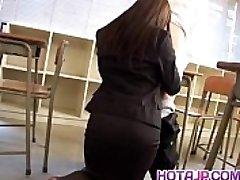 Mei Sawai Āzijas busty, biroja uzvalkā dod karstu blowjob skolā
