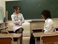 亚洲的老师诱惑她的学生,通过Blondelover的。