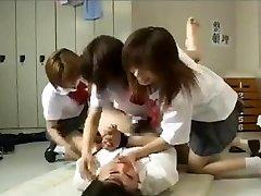 Strapon gangbang med 3 japanske skolepiker