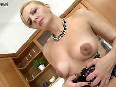 Sexy mature mama plays with her favorite toys