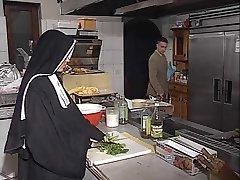 A freira alemã assfucked na cozinha