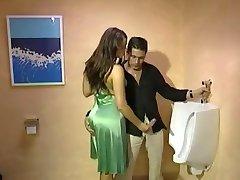 بكامل ملابسه Handjob في toilette