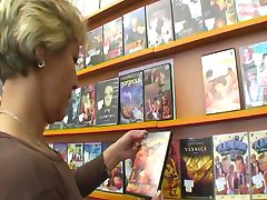 Роговой мама удовлетворяет ее потребности в видеопрокате