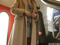 sex fierbinte într-un tren-toaletă