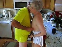 bunica în bucătărie
