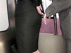 apucând strâns fusta atinge în tren