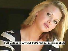 Svetlana bonito menina loira de bebidas de café