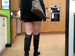 žmona rodo butt plug viešųjų