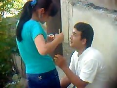 ウズベキスタンの若いカップル、屋外-Khwarezm