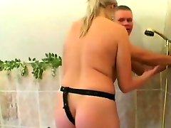 Blondi Strap-on pieprzy napalone dupy BF w łazience