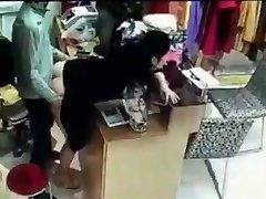 Pomo on seksiä työntekijä takana kassakone Kiinassa