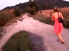 Θυμωμένος Κορίτσι που Περπατάει και Πέφτουν Πάνω Της Δείχνει Λευκό Panti
