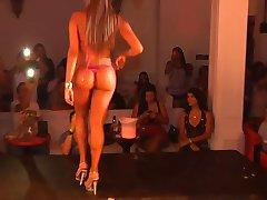 gran trasero en bikini de la competencia