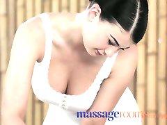 Salas de masajes belleza de la Joven con grandes tetas se la follan duro por la polla grande
