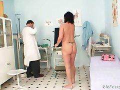 El élder piercing en el coño mujer extraña coño examen
