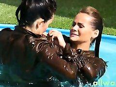 Kinky eurobabe piscina lucha