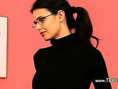 Secretaria sexy en tacones negros posando