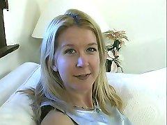 Blonde Schlampe mit flachen Brust bekommt Ihren saftigen rasierte Fotze gefickt von stud drinnen